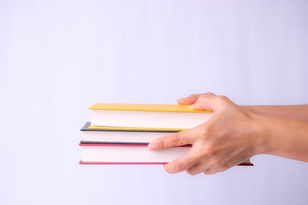 Livros em mãos. de volta à escola.
