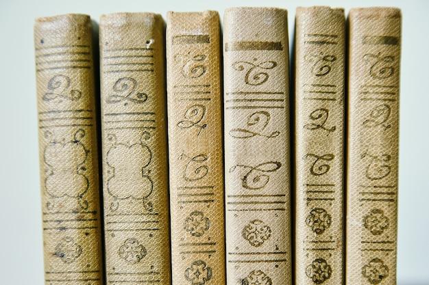 Livros em uma linha, fundo bonito