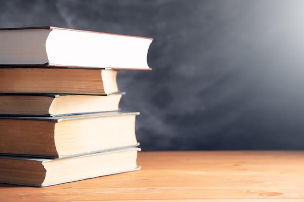 Livros em uma mesa de madeira