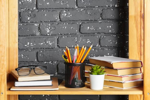 Livros em uma prateleira de madeira em casa ou no escritório