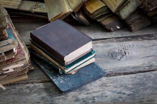 Livros empilhados em um assoalho de madeira
