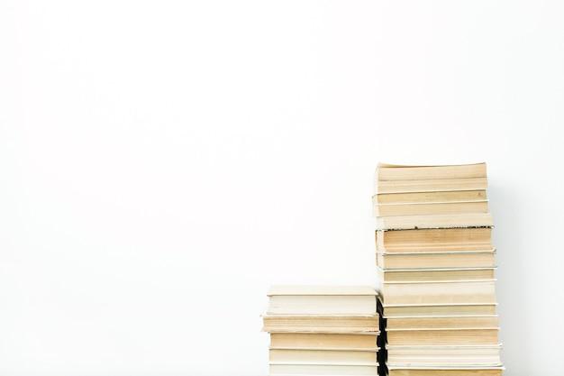 Livros empilhados na superfície branca