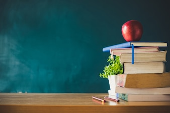 Livros escolares, com, maçã vermelha, escrivaninha, sobre, verde, conselho escola, fundo