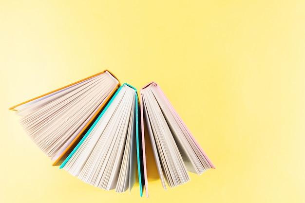 Livros estão em uma fila em um amarelo brilhante