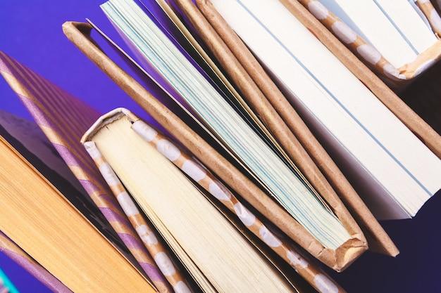 Livros fechados, vista superior, lay plana