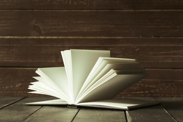Livros fechem na velha mesa de madeira