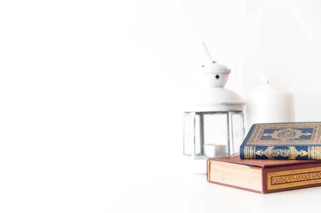 Livros islâmicos e lanternas