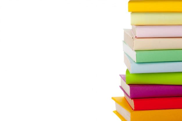 Livros isolados no branco