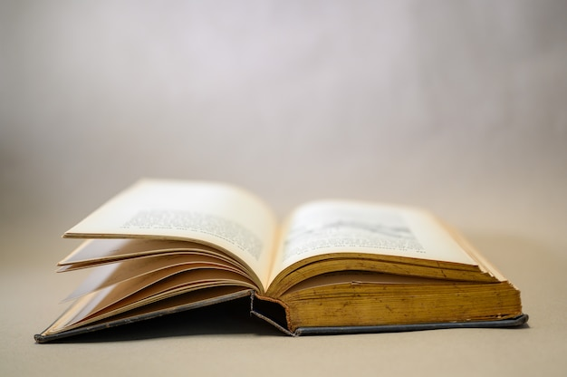 Livros marrons abertos colocados em pisos de madeira