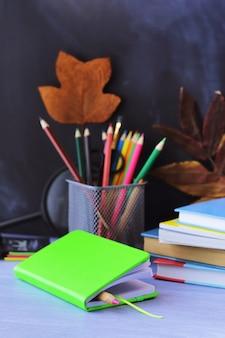 Livros, material escolar sobre a mesa, aprendendo o conceito de volta às aulas