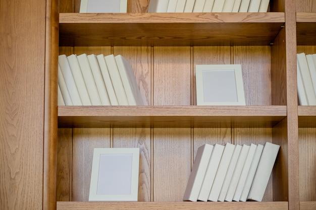 Livros. muitos livros com capas brancas brilhantes, isolados no fundo de madeira