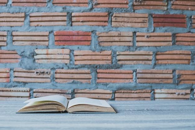 Livros na escada de madeira no fundo da parede de cor