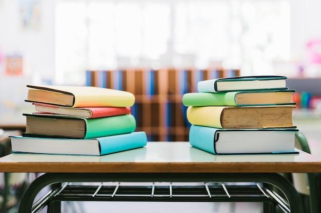 Livros na mesa da escola em sala de aula