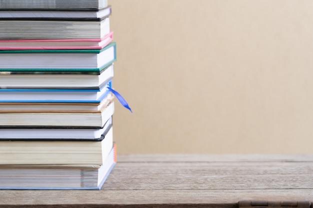 Livros na mesa de madeira na biblioteca