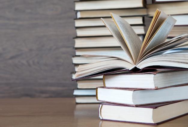 Livros na mesa do deck de madeira