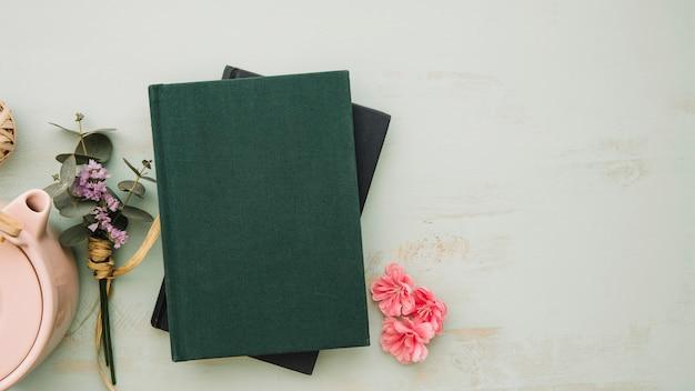Livros perto de flores e pote