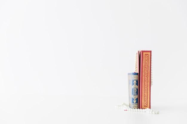 Livros religiosos em pé na prateleira