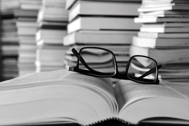 Livros sobre a mesa e nas estantes