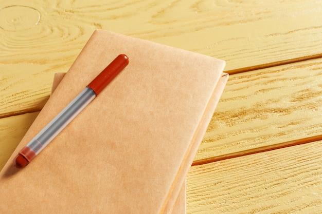 Livros sobre a velha mesa de madeira