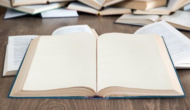 Livros sobre fundo de madeira