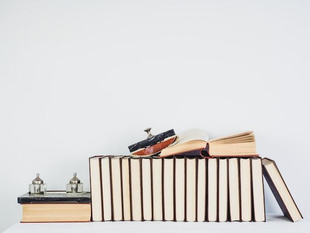 Livros vintage lindos com páginas amarelas sobre uma mesa branca