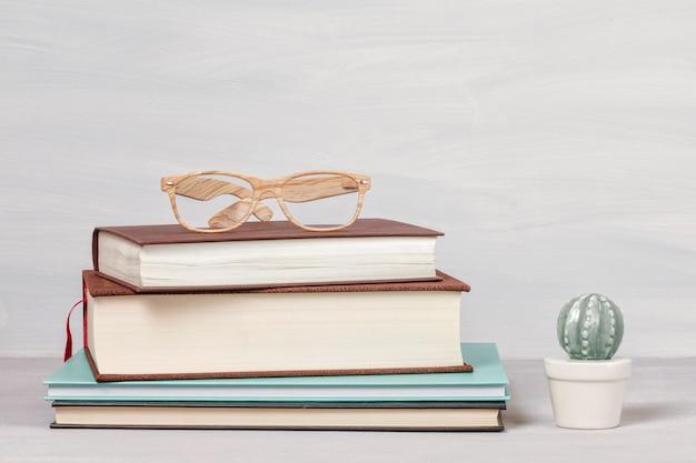 Livros, xícara de café, óculos de leitura