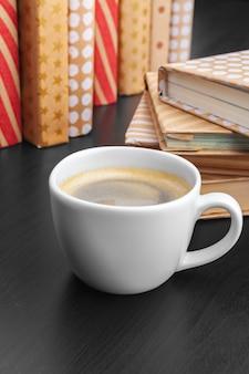 Livros, xícara de café
