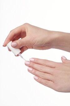 Lixador de unha. manicure. mãos de beleza. unhas coloridas elegantes