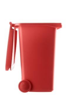 Lixeira de plástico vermelha isolada no fundo branco