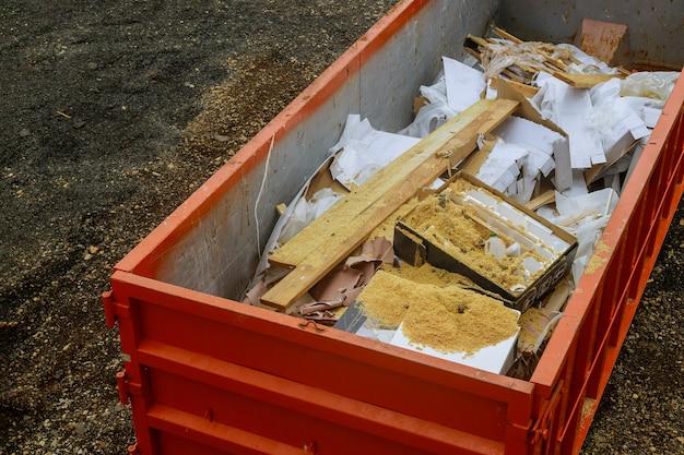 Lixeira industrial cheia de prédio de renovação de contêiner de remoção de lixo carregado