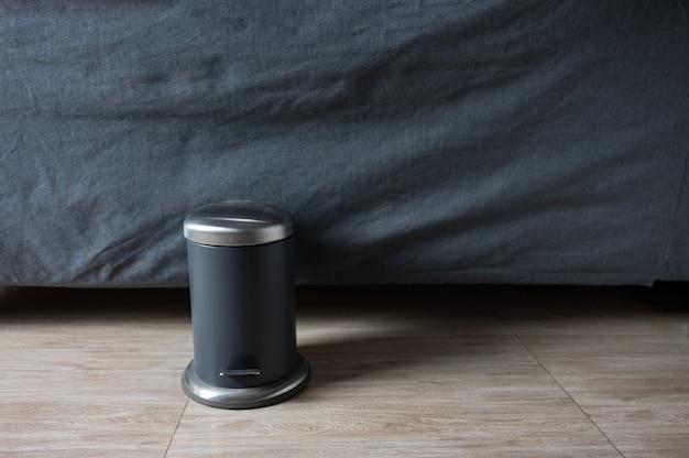 Lixeira padal moderna em aço inoxidável com tampa no fundo de tecido do sofá