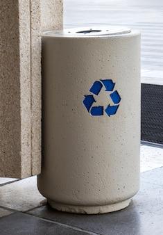 Lixeira para reciclagem na rua