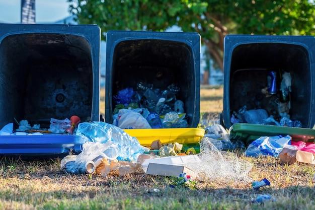 Lixeiras caídas com lixo caído no chão