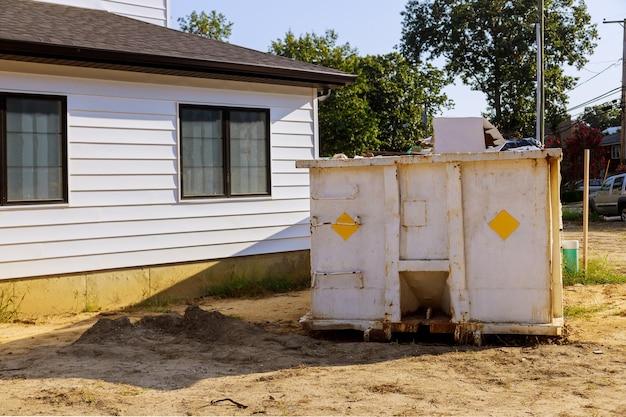 Lixeiras de construção em um contêiner de metal, reforma de casa.