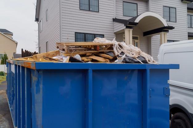 Lixeiras sendo cheias de lixo