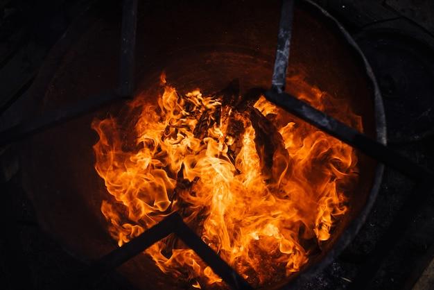 Lixo ardente em barril.