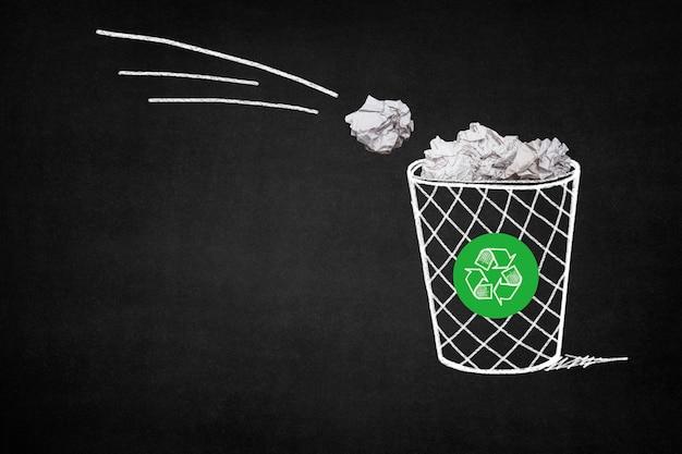 Lixo cheio com papéis com um símbolo de reciclagem