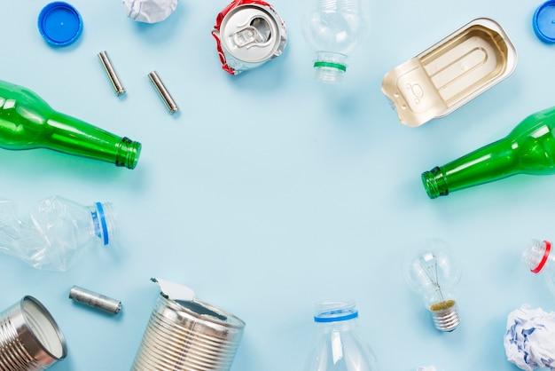 Lixo classificado por tipos diferentes para reciclagem