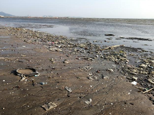 Lixo de lixo na praia