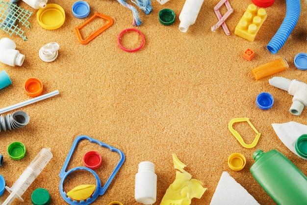 Lixo de plástico colorido descartado do oceano na areia