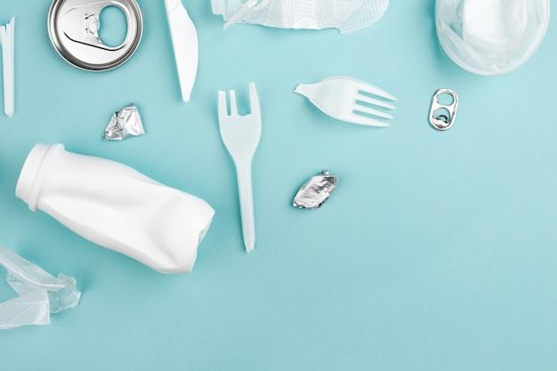 Lixo de plástico diferente em azul