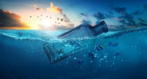 Lixo de plástico no oceano garrafa de plástico de poluição marinha flutuando no mar