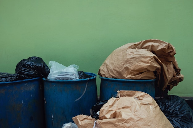 Lixo e lixo completo. problema de poluição.