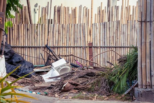 Lixo e outros resíduos nas ruas do banheiro da ilha tropical ficam ao lado da passarela de pedestres