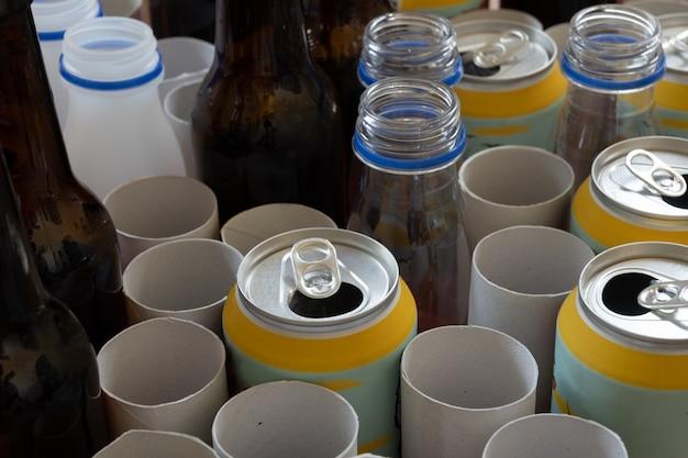 Lixo misto: cartão misto, latas, vidro e plástico, conceito de reciclagem