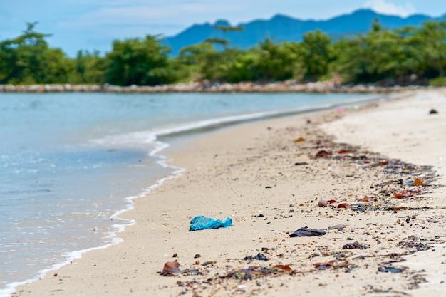 Lixo na praia deixada por veranistas