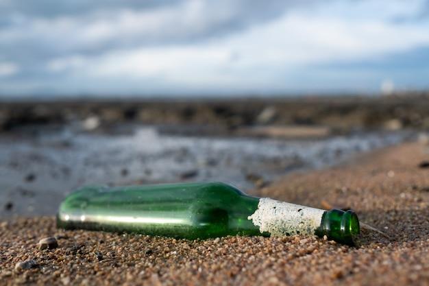 Lixo na praia, mar sujo
