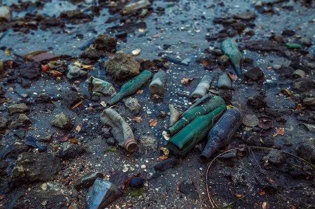 Lixo na praia na maré baixa