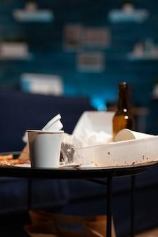 Lixo na sala de estar vazia com lixo de comida