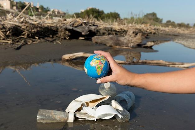 Lixo plástico à beira-mar